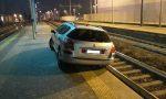 Ubriaco finisce con l'auto sui binari della stazione