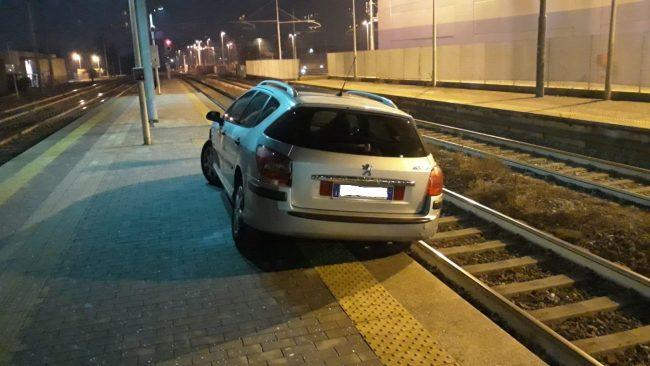 Ubriaco finisce con l&#8217&#x3B;auto sui binari della stazione