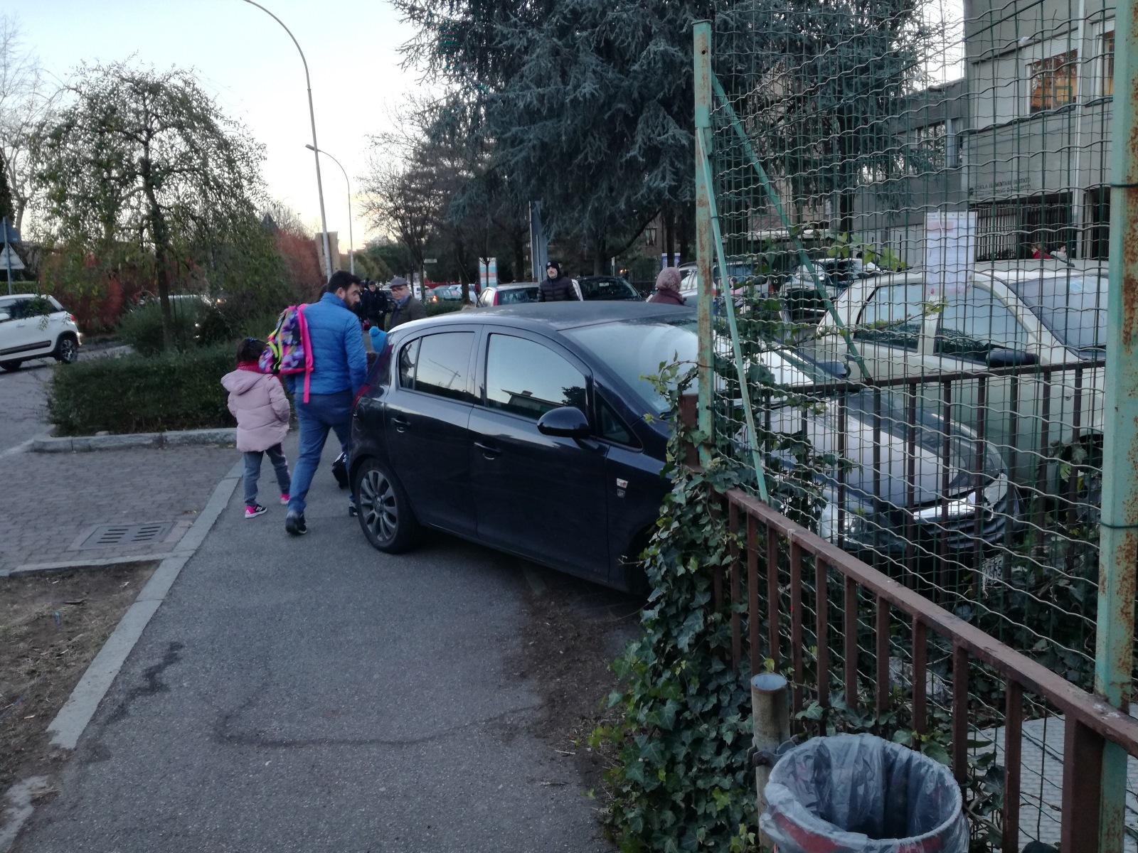 Parcheggio selvaggio davanti alla scuola, bambini rischiano di essere travolti