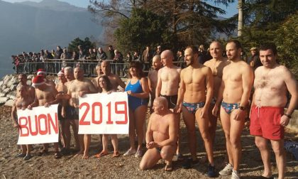 Il tradizionale tuffo nel lago di Lecco: protagonisti anche quattro brianzoli