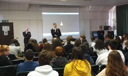 Carabinieri in visita alla scuola Floriani di Vimercate