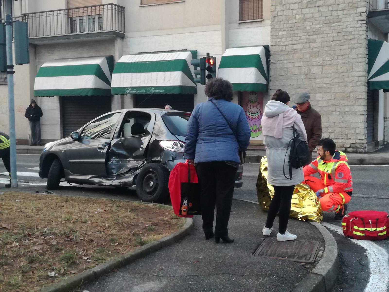 Scontro tra due auto a Seregno, quattro persone coinvolte