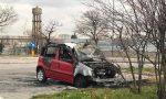 Incendia l'auto della mamma per avere soldi: arrestato 49enne