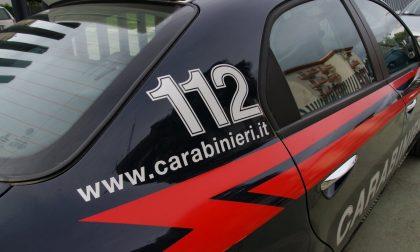 Carabiniere fuori dal servizio sorprende tre ladri mentre rubano una borsa, arrestati