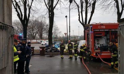 Incendio nel palazzo: Polizia locale mette in salvo i residenti FOTO