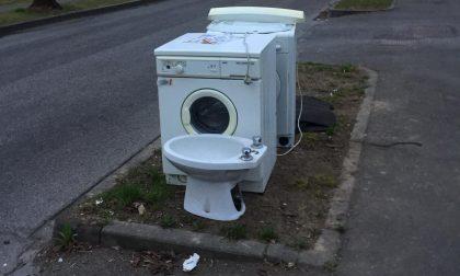 A bordo strada spuntano perfino lavatrici e bidet FOTO