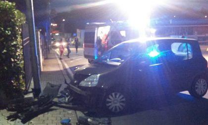 Incidente a Lentate, auto finisce contro un palo della luce FOTO