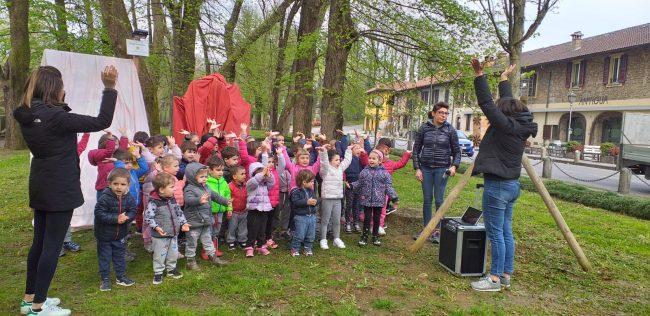 Bambini piantano l&#8217&#x3B;albero dell&#8217&#x3B;inclusione FOTO E VIDEO