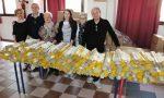 Assessori al bancone per distribuire i sacchi della differenziata a Trezzo sull'Adda FOTO