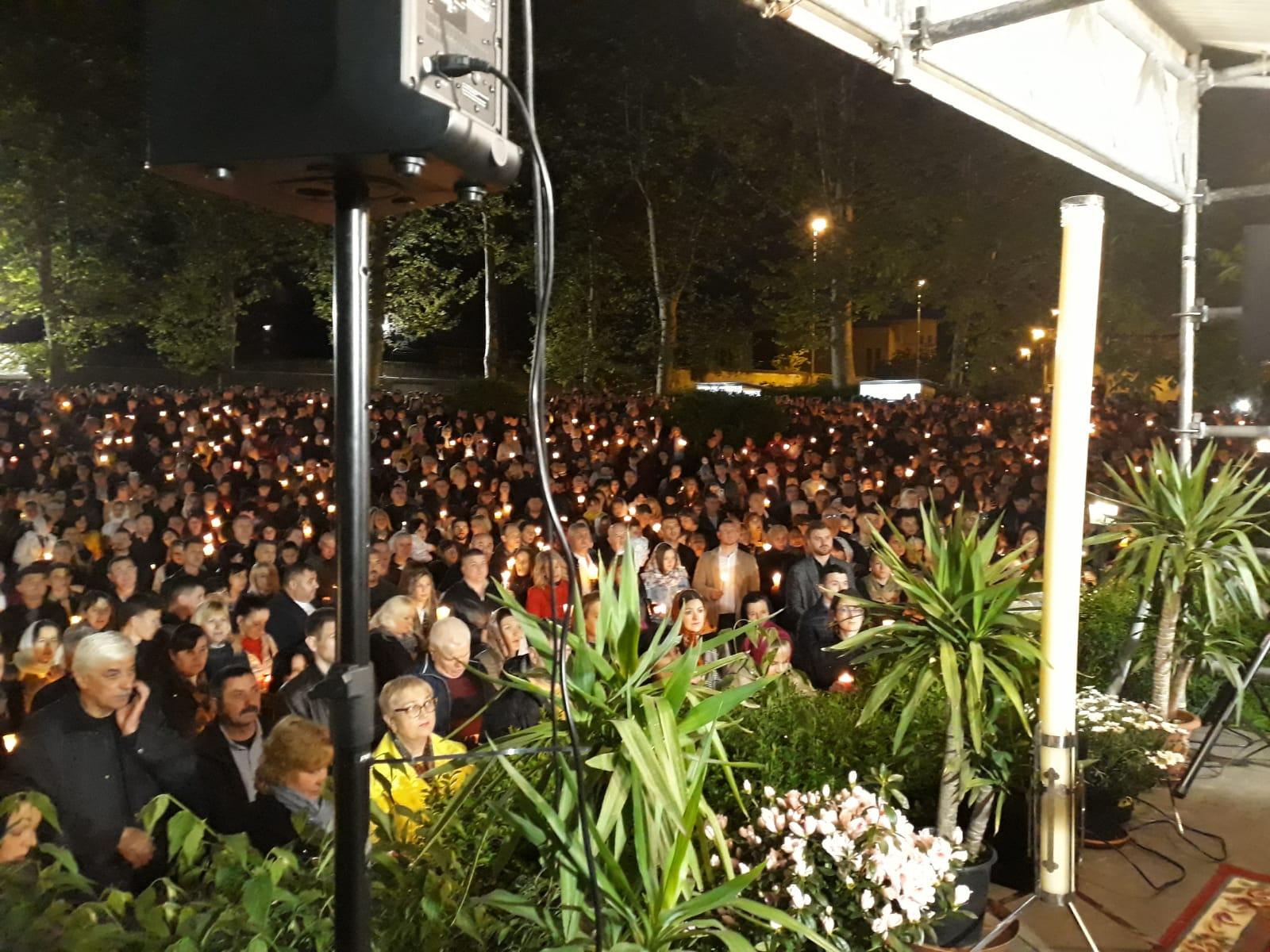 Una folla di fedeli alla vigilia della Pasqua ortodossa FOTO e VIDEO