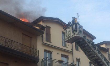 Scoppia incendio sul tetto: palazzina evacuata FOTO