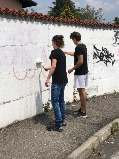 I ragazzi di Cazzaniga ripuliscono i muri imbrattati