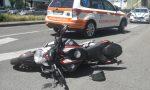 Motociclista sbatte contro un'auto e abbatte un palo FOTO