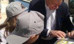 Fermano il sindaco per chiedergli…l'autografo – VIDEO