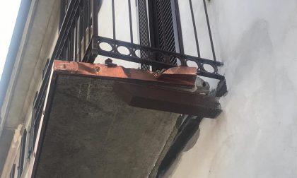 Il camion si porta via il balcone… un'altra volta FOTO