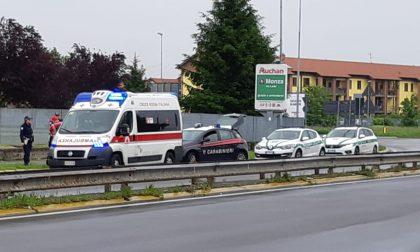 Scontro tra ambulanza in emergenza e auto della Polizia locale