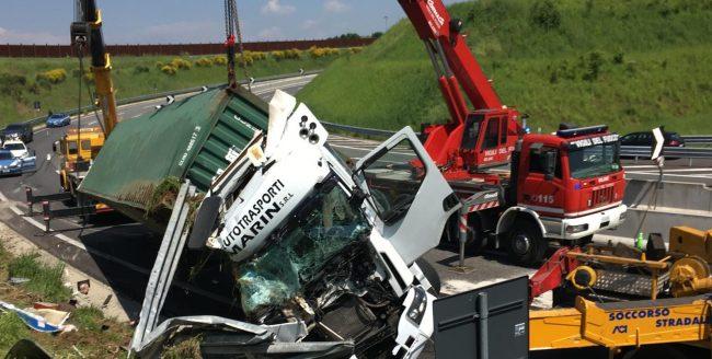 Camion si ribalta sulla TEEM: muore un 64enne FOTO