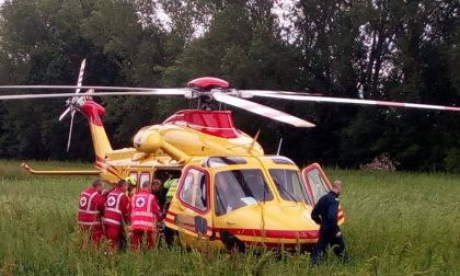 Cade in bici, portato in elicottero in ospedale