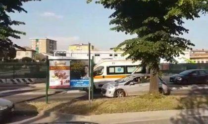 """Troppo traffico, ambulanza a """"zig zag"""" tra le auto – VIDEO"""