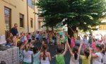 Giussano, i bambini dell'asilo di Robbiano salutano don Marco