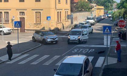 "Ennesimo incidente tra due auto, i residenti: ""E' un incrocio maledetto"""
