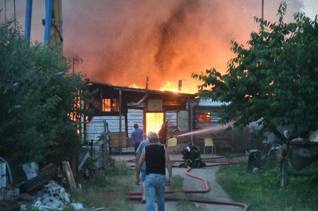 Devastante incendio al confine tra Cinisello e Paderno FOTO E VIDEO