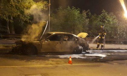 Auto prende fuoco, intervengono i pompieri