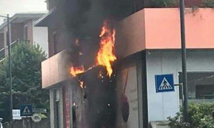 Insegna del super prende fuoco: l'incendio devasta due appartamenti FOTO