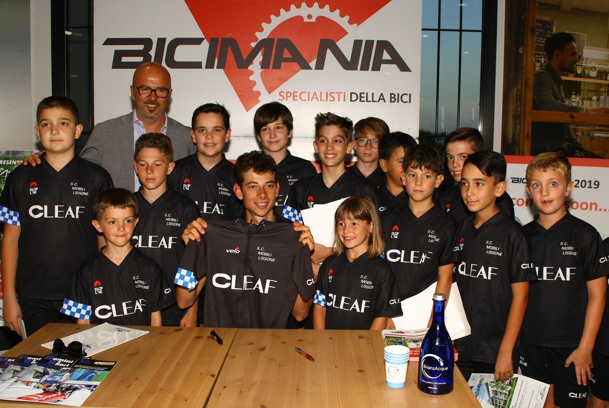 I giovani dello Sport Club Mobili Lissone con Davide Formolo