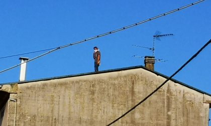 Uomo sale sul tetto di una palazzina, mobilitazione a Cesano
