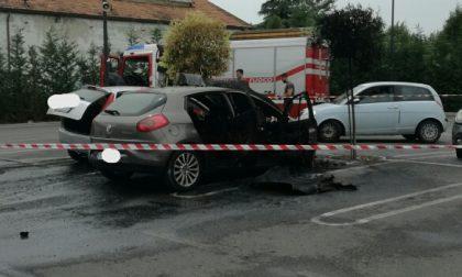 Due auto a fuoco nel parcheggio del supermercato