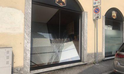 Sfondata la vetrina della pizzeria