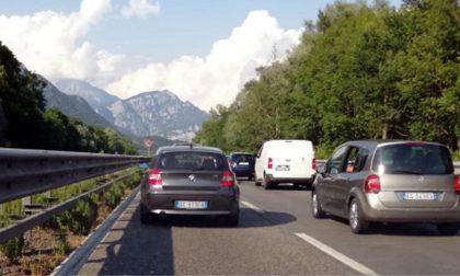 Tutti in coda verso il lago: il traffico sulla Valassina è paralizzato