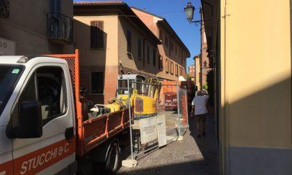 Lavori in corso in via Cavour a Vimercate