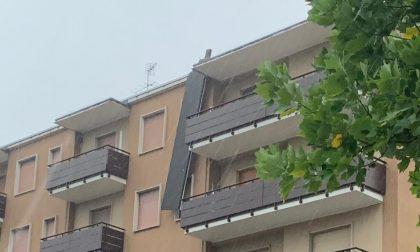 Maltempo, scoperchiato il tetto di un palazzo a Villasanta