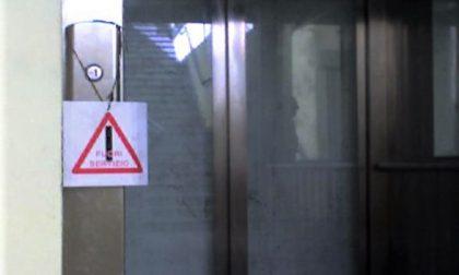 Bloccata sulla sedia a rotelle per l'ascensore guasto