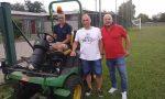Il sindaco di Mezzago taglia l'erba del campo sportivo