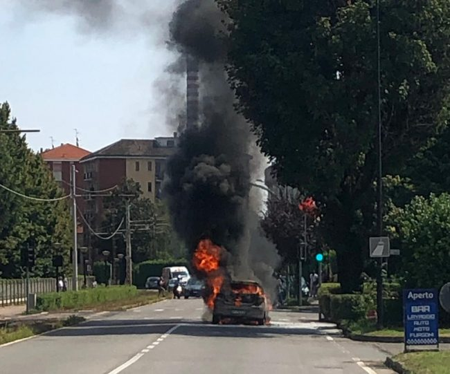 Auto prende fuoco in strada illeso il conducente