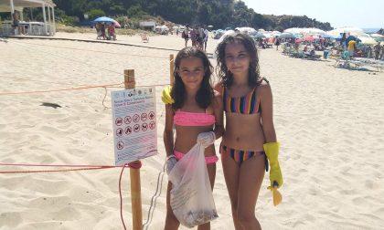 Verano: vacanze plastic free per la piccola Diana,  che pulisce le spiagge