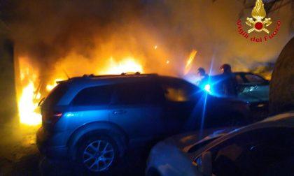 Dieci auto in fiamme in un parking di Malpensa FOTO