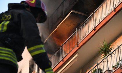 Fiamme in un appartamento al quinto piano, donna salvata dal vicino eroe FOTO