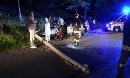 Auto si schianta contro un palo della luce e lo abbatte, tre feriti  FOTO