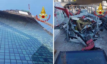 Gru precipita dal grattacielo a City Life: volo di 180 metri