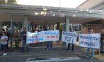 Seveso, scuola Toti: genitori con gli striscioni nel primo giorno alla Da Vinci