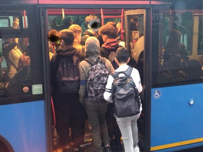 Verano,  studenti come sardine sui bus
