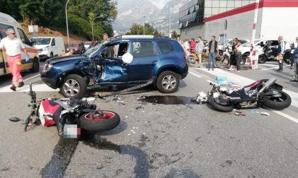 Due moto contro un'auto, gravissimo incidente  a Pescate