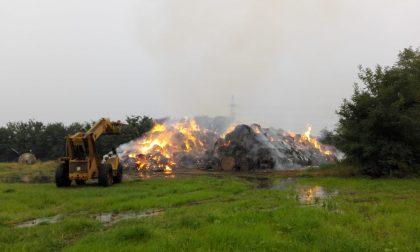 Incendio a Brugherio, bruciano due montagne di balle di fieno FOTO