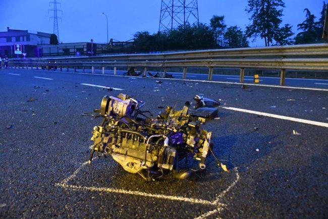 Incidente in Tangenziale all'alba, dopo lo schianto l'auto perde il motore FOTO VIDEO