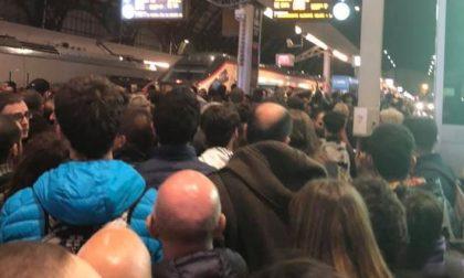 Treno guasto fermo in stazione e guasto agli impianti a Milano Centrale: e' il caos totale FOTO