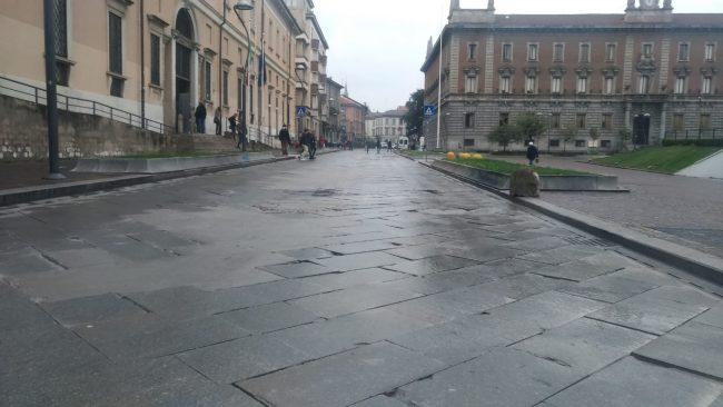 Monza: in via Zavattari addio al (pregiato) lastricato, arriva l'asfalto stampato